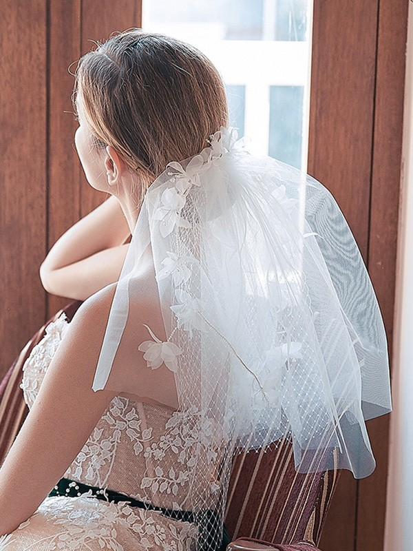 Pretty Tulle Cut Edge With Hand-Made Flower Shoulder Veils